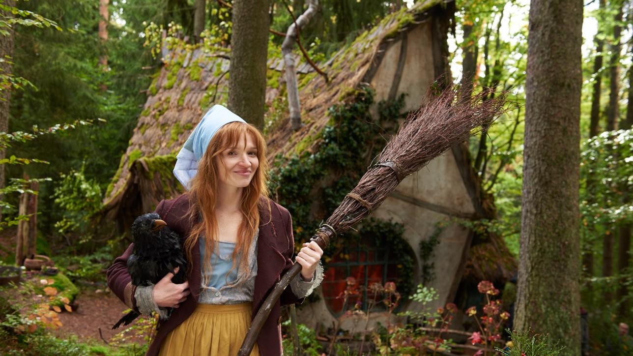 Die kleine Hexe (Karoline Herfurth) mit Rabe Abraxas