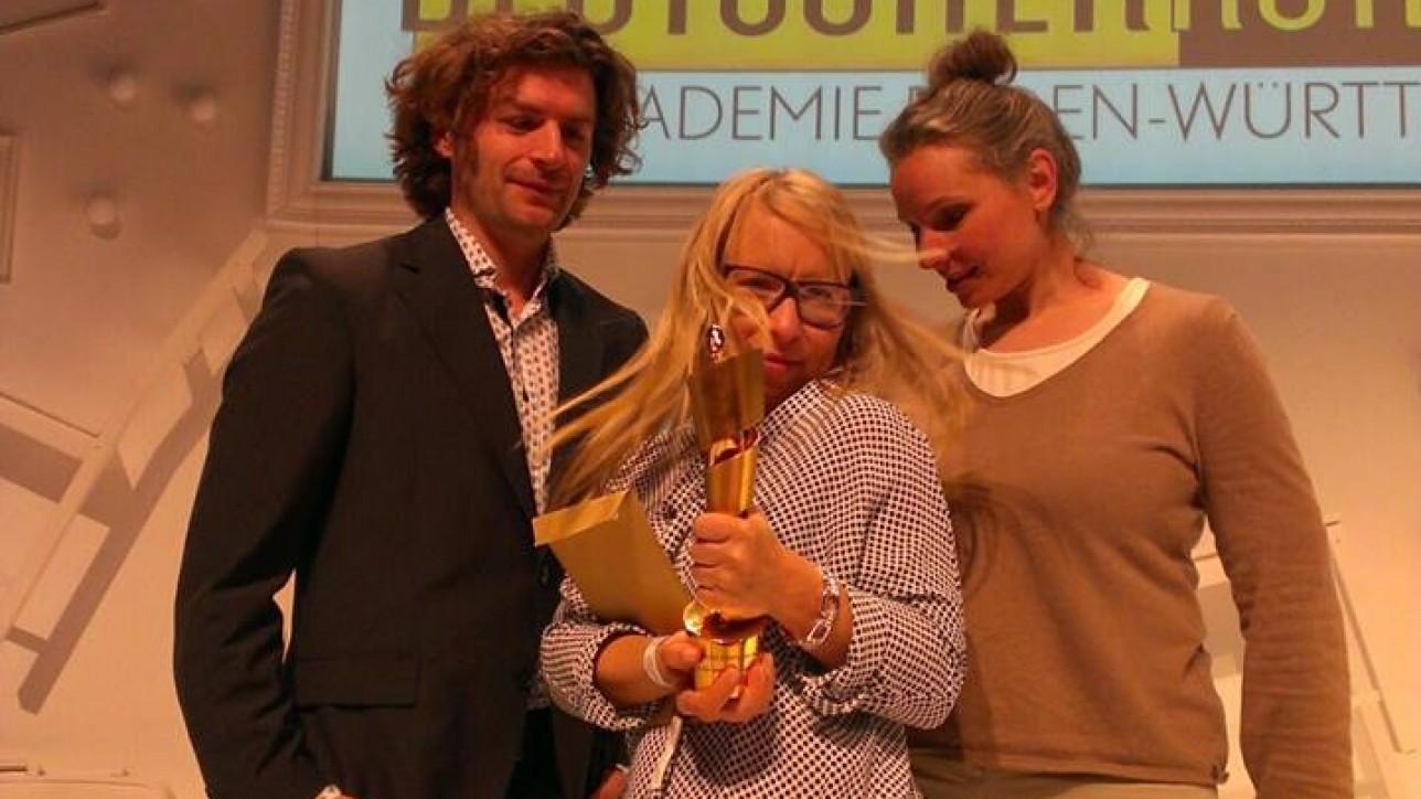 Laura Lehmus hält stolz ihre Lola für AlieNation - eingerahmt von  Matthias von Lonski und Vera Lalyko